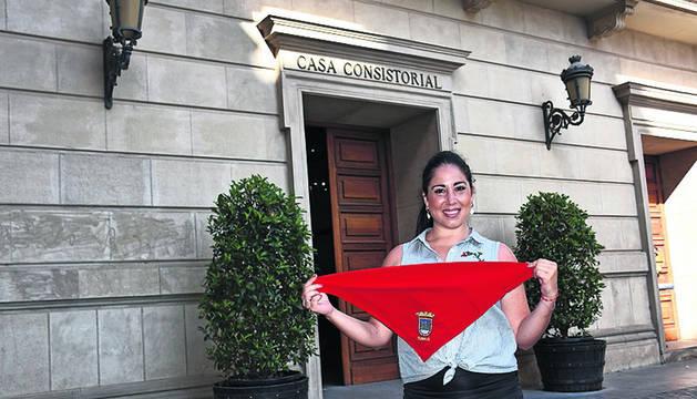 Foto de Verónica Gormedino posa delante del ayuntamiento.