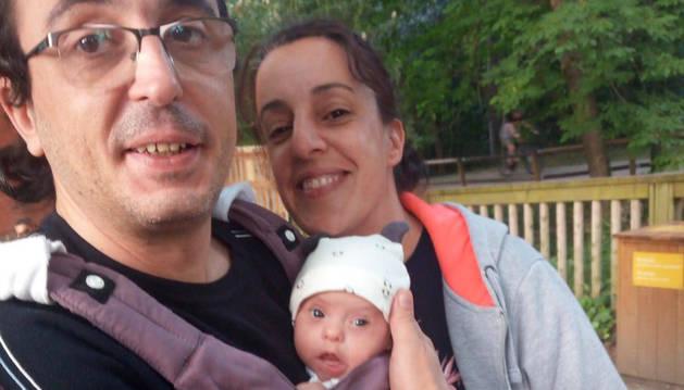 Foto de Iñaki Pagola y Meritxell Rosa González, junto a su hijo Marco.
