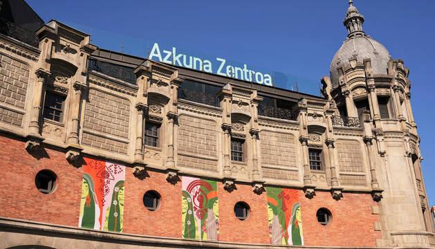 Foto de la fachada del Azkuna Zentroa con las tres lonas de la Malinche hechos por Leire Urbeltz.