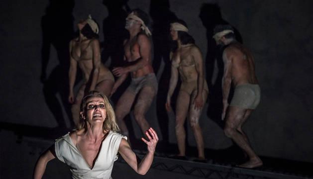 La actriz Eloísa Azorín, de la compañía La Ferroviaria,  se mete en la piel de Antígona, en un espectáculo que combina el teatro clásico con una puesta en escena contemporánea.
