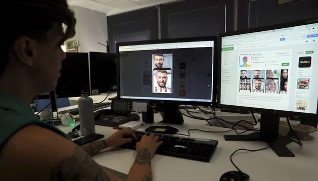 Foto de una persona que utiliza la aplicación 'FaceApp'