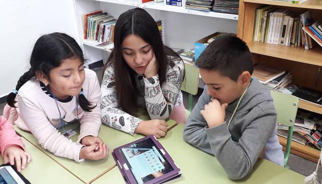 Foto de varios alumnos del colegio Juan Bautista Irurzun de Peralta, trabajando en la publicación de Atalaya Digital.