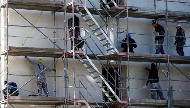 Peones en las obras de construcción de un edificio.
