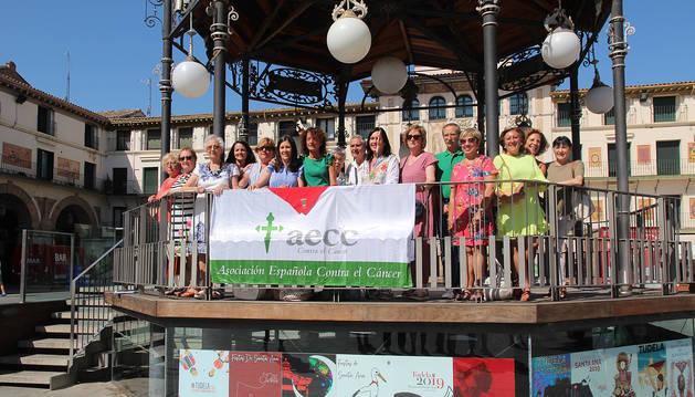 LOS PROTAGONISTAS Integrantes de la AECC posaron en el quiosco de la plaza de los Fueros y ante la emblemática Casa del Reloj, desde donde lanzarán el cohete el próximo miércoles.