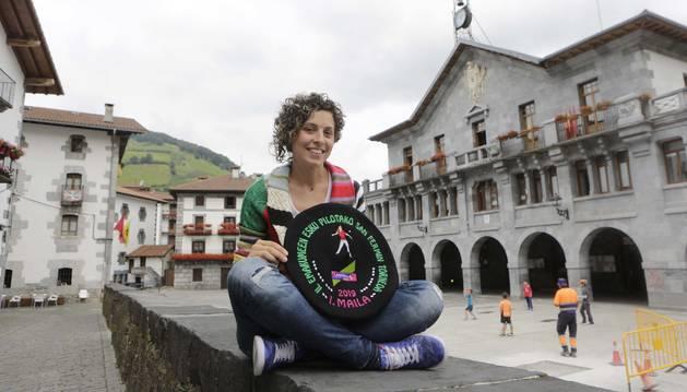 Foto de la pelotari Iera Agirre posa con la txapela de campeona del Emakume Master Cup de San Fermín, en la plaza de Leitza.