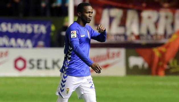 Koné, con la camiseta del Oviedo en El Sadar.