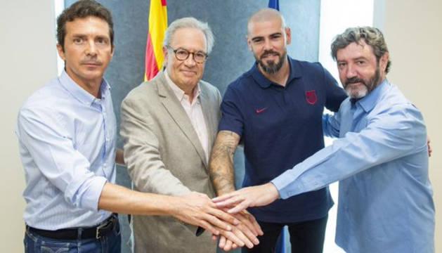 Víctor Valdés, en el centro, tras la firma de su contrato.