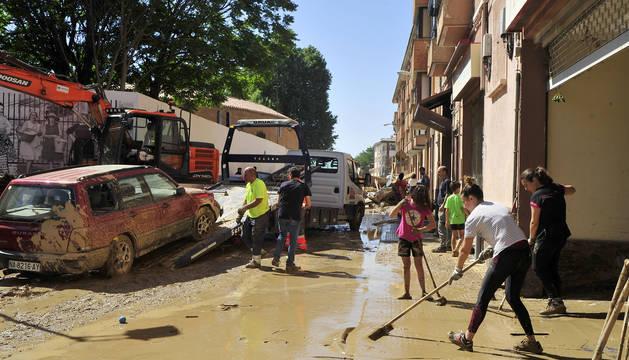 Foto de afectados por las inundaciones, durante las labores de limpieza tras la riada.