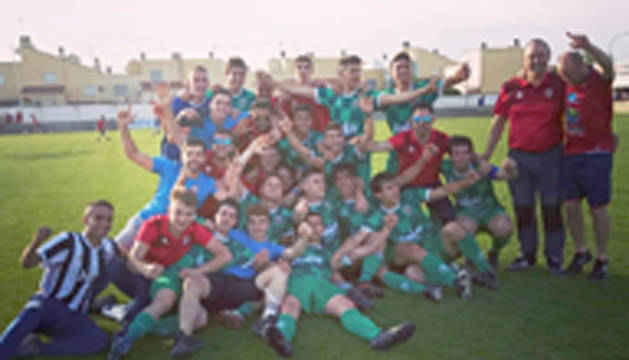 Foto de jugadores y cuerpo técnico del CD Lodosa celebrando el ascenso de categoría, de Regional a Preferente.