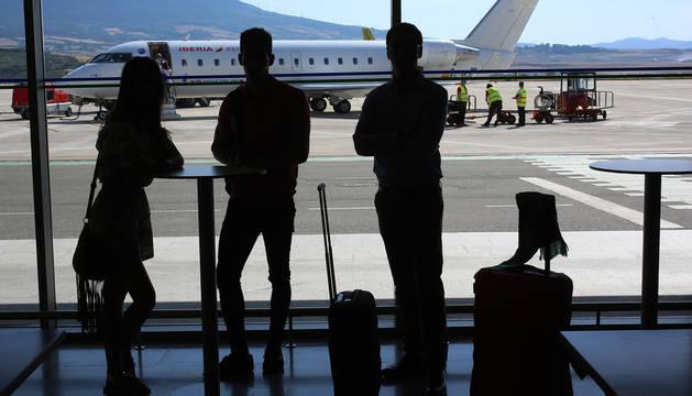 Foto de tres jóvenes en el aeropuerto de Noáin. La recuperación económica no ha frenado la salida de las nuevas generaciones hacia otros países.
