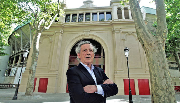 José María Marco, presidente de la Comisión Taurina de la Meca, delante de la puerta principal de la plaza de toros de Pamplona, restaurada este año.