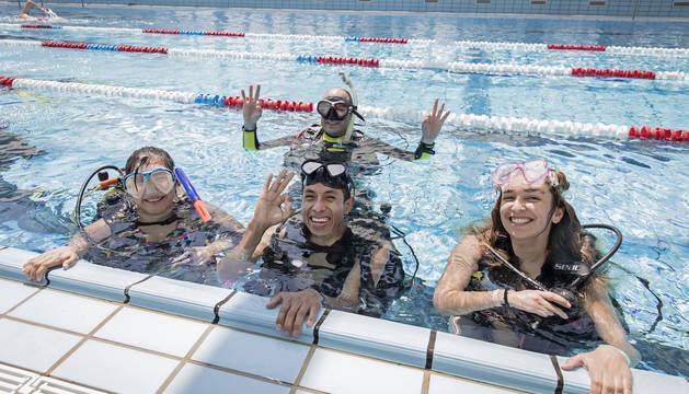 Foto de varios participantes en la inmersión de buceo.