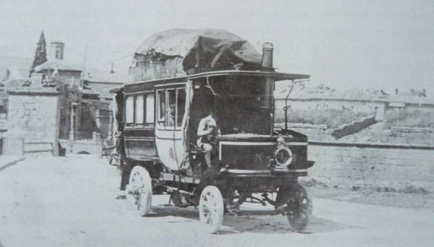 Autobús a vapor saliendo por el portal de San Nicolás en 1899 (Luis Zaragüeta. Archivo Municipal)