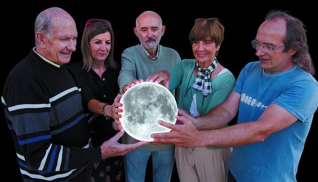 Foto de Aurelio Pagola Redín, Nieves Gordón, Chumi García Zamora, Camilo Oslé y FernandoJáuregui, mirando a la Luna.
