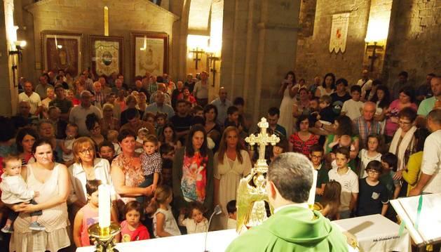 Al terminar la misa dominical, el capellán Mikel Garciandia (de espaldas en la foto) dio a besar la efigie de San Miguel de Aralar.