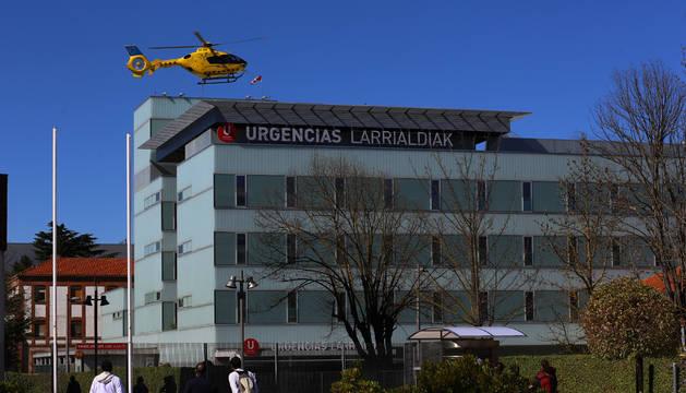 Un helicóptero llega al edificio de Urgencias del Complejo Hospitalario, el pasado marzo.