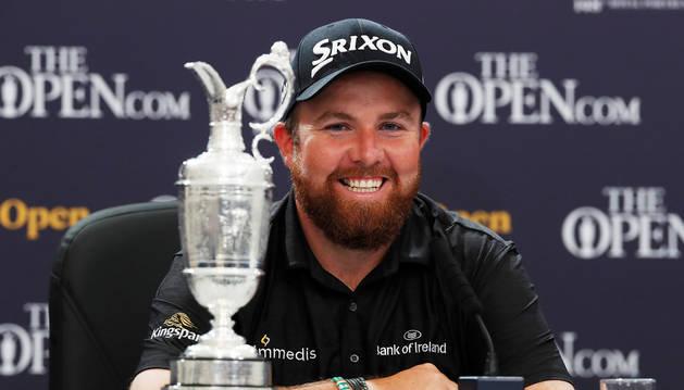 El irlandés Shane Lowry, durante la rueda de prensa posterior a ganar el British Open junto al trofeo.
