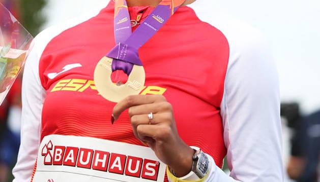 Una de las atletas españolas posa con una medalla conseguida en estos Europeos Sub 20.