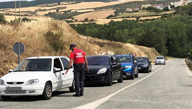 Agentes de Policía Foral regulan el tráfico en los accesos a Alloz.