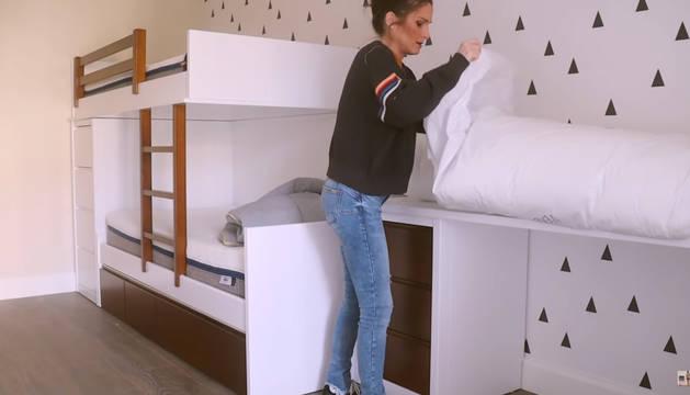 Verdeliss enseña la nueva habitación de su hijo Julen.