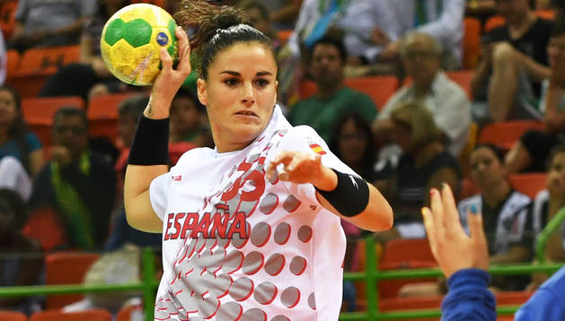 La extremo Naiara Egozkue, que vivió sus primeros Juegos Olímpicos en 2016, se dispone a lanza en el partido ante Montenegro.