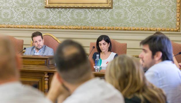 Foto de Toquero, al fondo, escuchando a Larrarte (derecha).