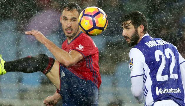 Raúl Navas, central de la Real Sociedad, pugna por el balón con el rojillo Unai García, en Anoeta.
