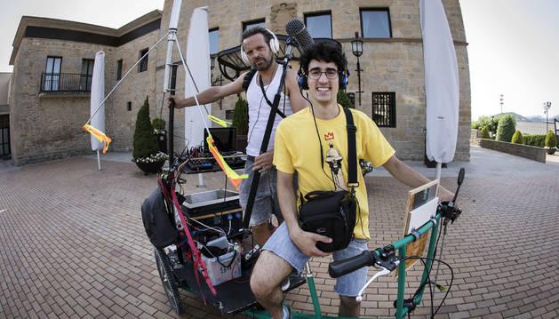 Foto de Iosu Zapata (detrás) y Xabier Apestegui, con su radio itinerante delante del castillo de Gorraiz.