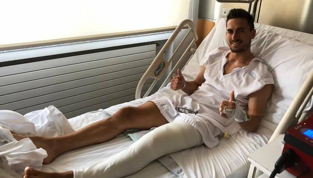 Kike Barja con los pulgares hacia arriba tras ser intervenido de su rodilla izquierda.