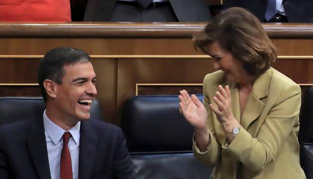 Carmen Calvo aplaude a Pedro Sánchez tras su discurso en el debate de investidura.