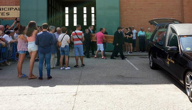 Familiares trasladan el cuerpo de uno de los fallecidos en el accidente de Galisancho (Salamanca)