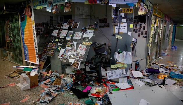 Una oficina destrozada en Hong Kong.