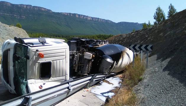 Estado en el que quedó el camión tras volcar en la N-240.