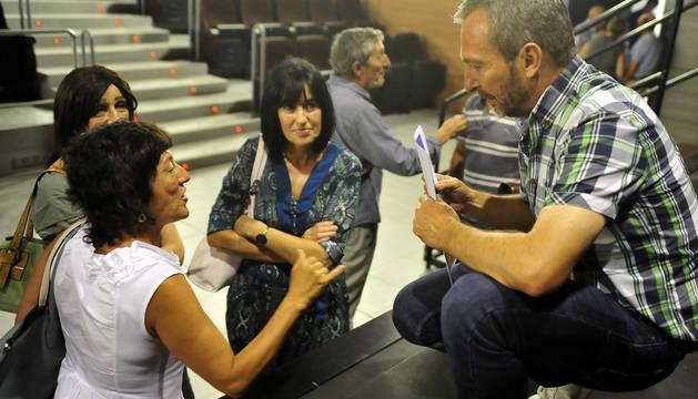 Foto de Jesús Arrizubieta, mientras habla con varias vecinas de Tafalla después de la reunión celebrada el pasado lunes.