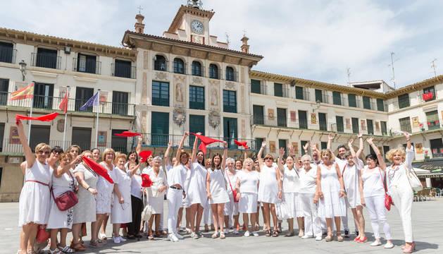 Foto de un grupo de voluntarios de la Asociación Española Contra el Cáncer (AECC) de Tudela y la Ribera, ante la Casa del Reloj, desde donde lanzarán el cohete.