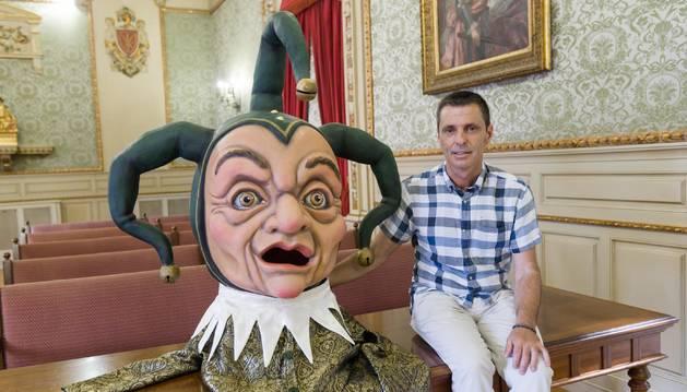 Íñigo Castellano, junto a la figura del nuevo cabezudo.