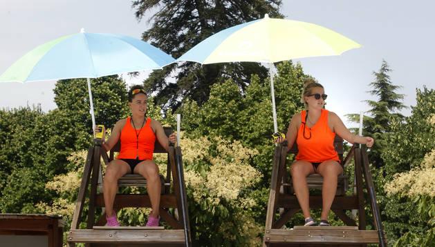 Foto de Henar Etxeberria Urkia (a la izquierda) y Uhaina Lakasta Aldabe vigilando a las cuatro de la tarde las dos piscinas olímpicas del Complejo Deportivo Aranzadi.