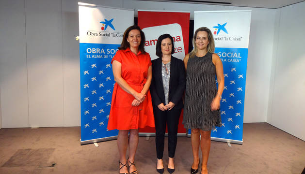 Ana Díez Fontana, (directora territorial CaixaBank en Navarra), Cristina Sotro (presidenta de Amedna) y Beatriz Elizari  (Directora de área de negocio de Pamplona-oeste de CaixaBank).
