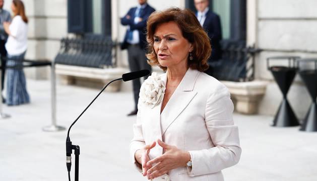 La vicepresidenta Carmen Calvo habla ante los medios tras la primera votación de la sesión de investidura de Pedro Sánchez.