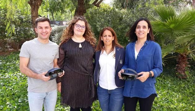 Firmantes del artículo. De izq. a dcha.: Guillermo Echeverría Ganuza, Paula Escalada Hernández, Nely Soto Ruiz y Leticia San Martín Rodríguez, con las gafas de realidad aumentada.