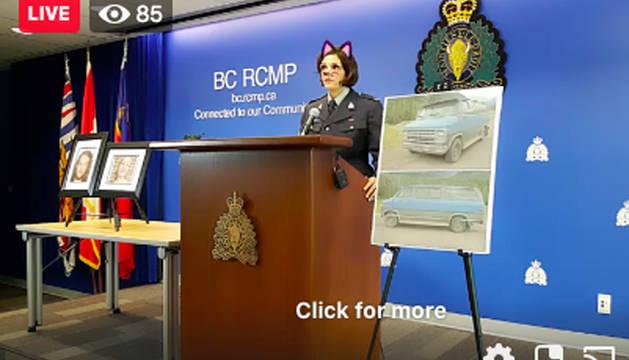 Foto de la sargento de la policía de Canadá informando sobre un doble asesinato con el filtro de gato.