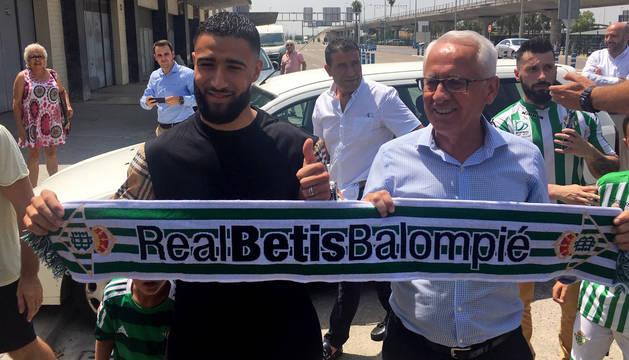 El centrocampista internacional francés Nabit Fekir, junto al director general del Betis, Federico Martínez Feria.