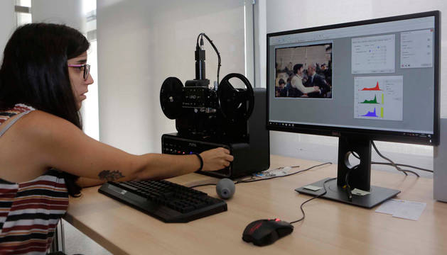 foto de Patricia Goroskieta Estella, manipulando el escáner con el que se está digitalizando una película sobre un homenaje al maestro Turrillas en 1983.