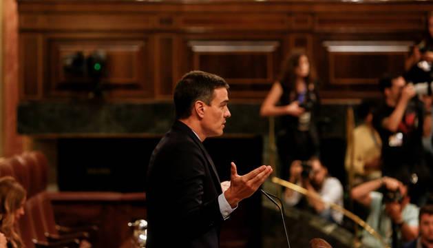 Sánchez durante la primera sesión del debate de investidura del candidato socialista a la Presidencia del Gobierno