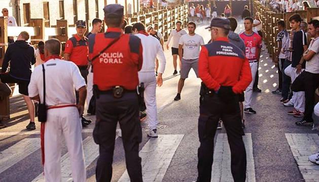 Agentes de la Policía Foral antes del inicio de un encierro en unas fiestas de Tudela anteriores.