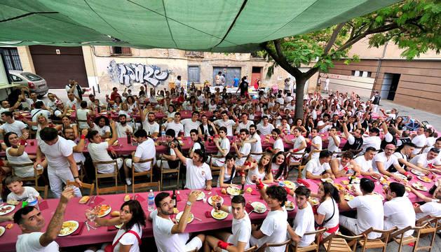 Foto de casi 200 personas de las peñas La Teba y Ciudad Deportiva se citaron en la plaza de la Vida para disfrutar de los tradicionales huevos 'precohete'.