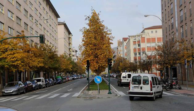 Foto de la calle Bernardino Tirapu, que tendrá plazas de aparcamiento de zona azul.