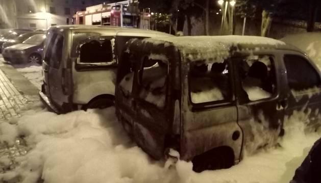 Estado en el que quedaron los coches incendiados durante la madrugada del miércoles en Pamplona.