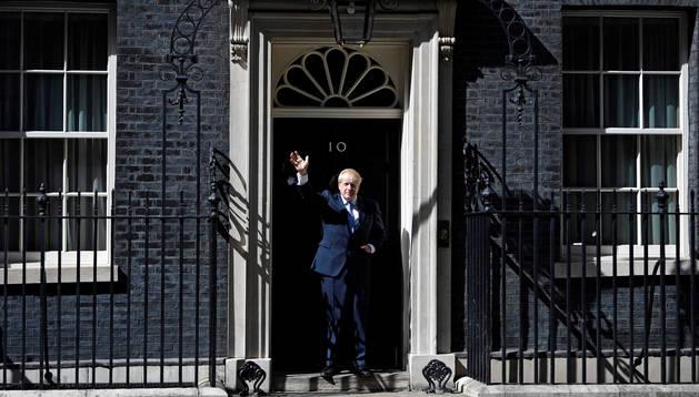 Foto del primer ministro británico, Boris Johnson, saludando al entrar en el número 10 de Downing Street después de su nombramiento.