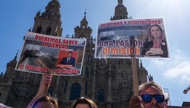 Marcha por las calles de Santiago de Compostela por el aniversario del accidente ferroviario.